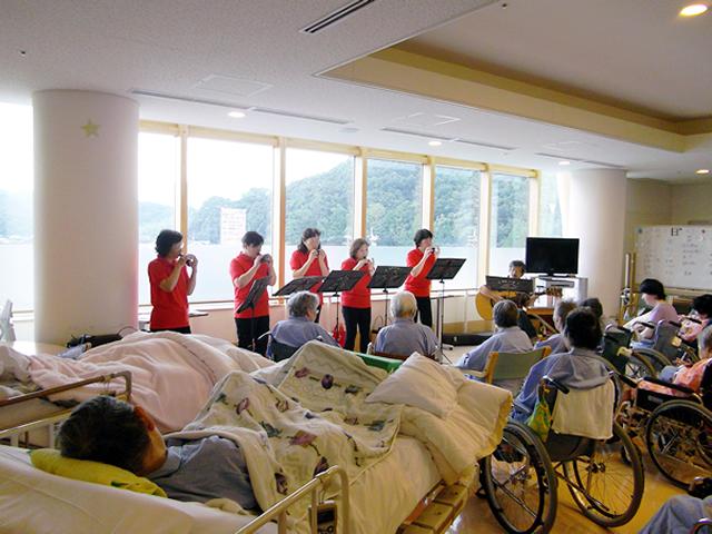 岩美のオカリナサークル「ママリーナ」によるミニコンサートが開催されました。